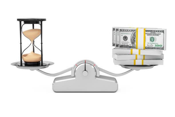zand zandloper met geld balanceren op een eenvoudige schaal weging. 3d-rendering - zandloper icoon stockfoto's en -beelden