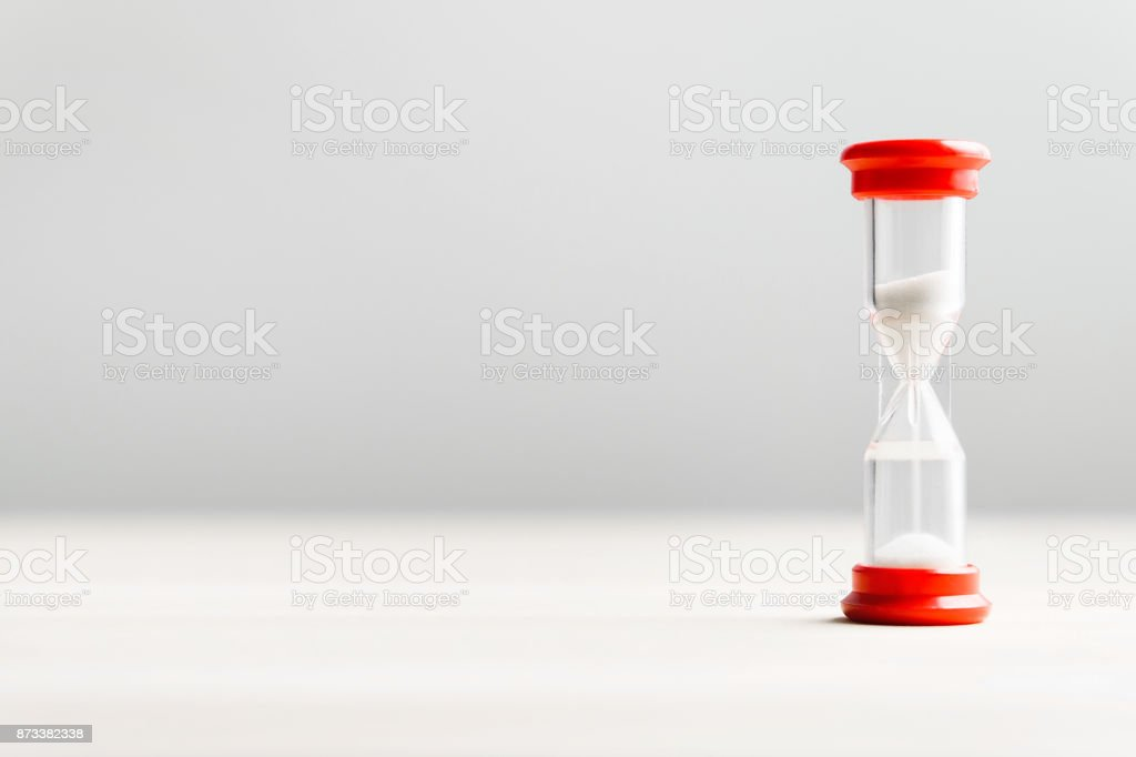 Arena en el reloj de arena. Concepto de paso del tiempo. - foto de stock