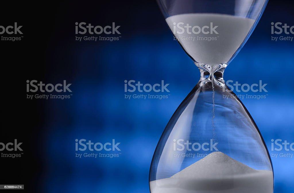 Sand running through an hourglass – Foto
