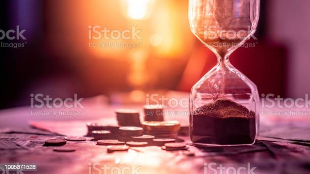 Sand running through the shape of hourglass on table with banknotes picture id1005371528?b=1&k=6&m=1005371528&s=612x612&h=bsnvouqjfr5m0utcl5zwdnfp snz cnmhhtts3rrzow=