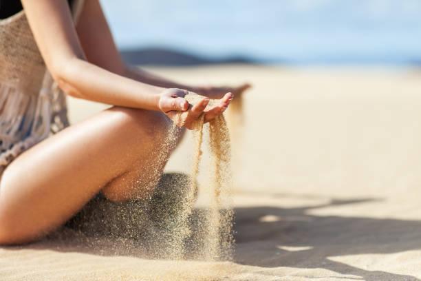 sable traversant femme les mains dans le désert - canari photos et images de collection