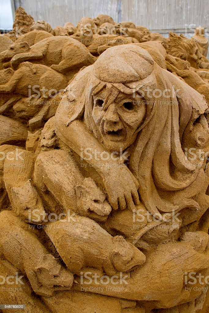 Sand sculpture of a covert with rats and black death. – Foto