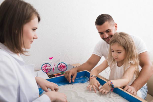 sandtherapie als eine möglichkeit der mentalen therapie und behandlung von kindern. psychiater, sandtherapie mit kind und ihren eltern - autismus stock-fotos und bilder