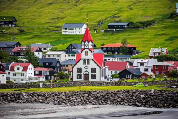 sandavagur stadsgezicht met de kerk in het midden - faeröer stockfoto's en -beelden