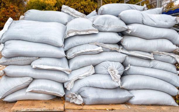 sandsäcken für überschwemmung defens'oder militärische nutzung - sandsäcke stock-fotos und bilder