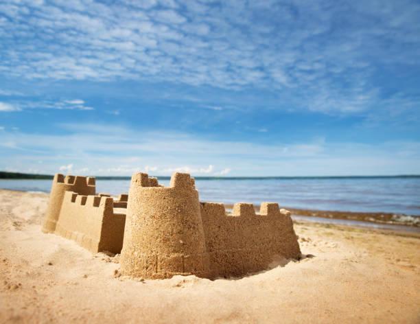 château de sable sur la mer en été - chateau de sable photos et images de collection