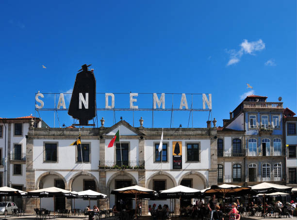 sandeman port wine company building pavement café, vila nova de gaia douro river waterfront -  portugal - esplanada portugal imagens e fotografias de stock
