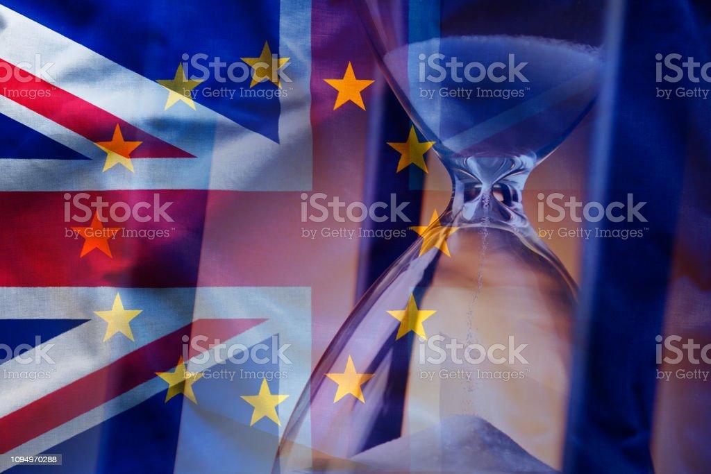 Sanduhr in der Nähe von europäische und britische Flaggen – Foto