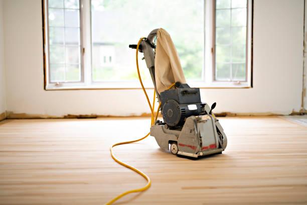 schleifen hartholzboden mit der schleifmaschine nur werkzeug - schmirgelmaschine stock-fotos und bilder
