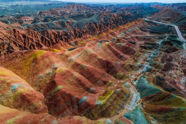 piaskowce tęczowe góry w zhangye national geopark - geologia zdjęcia i obrazy z banku zdjęć