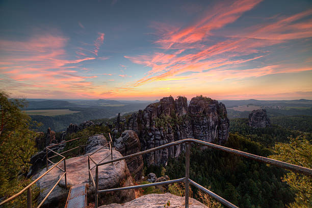 Sandstein Felsen, Wälder und blauem Himmel – Foto