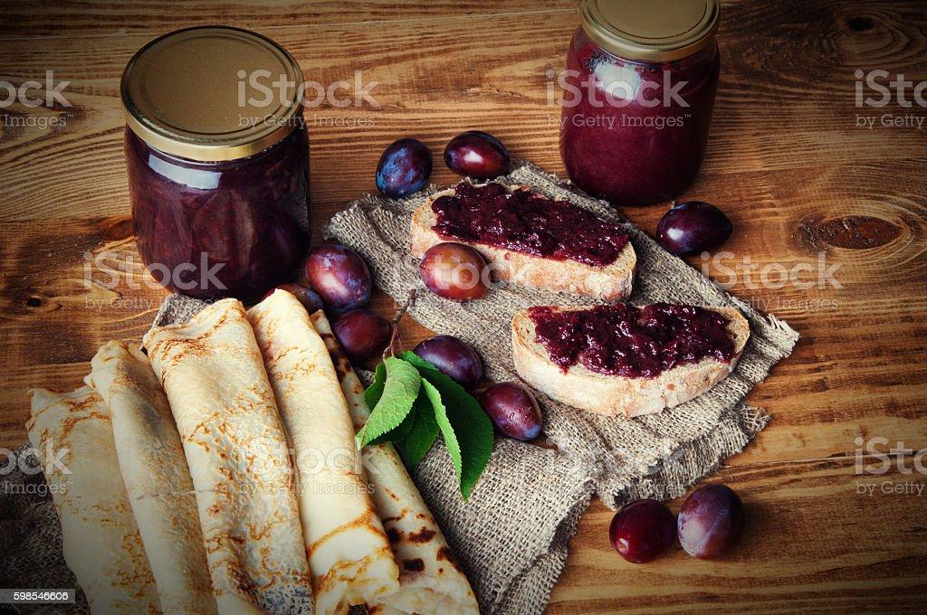 Sandwich and pancakes with fresh plum jam photo libre de droits