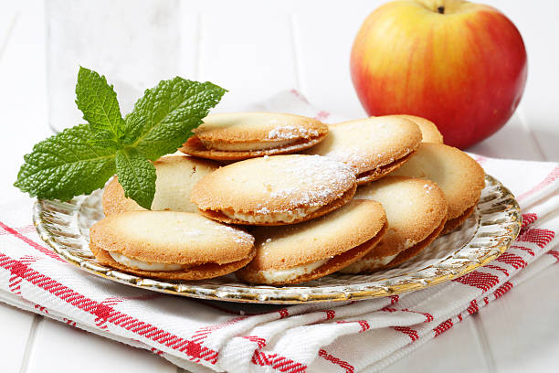 sandwich-kekse - kräuterfaltenbrot stock-fotos und bilder