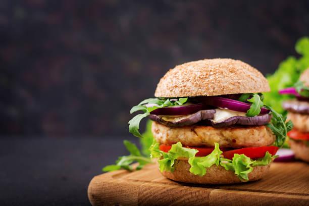 domates ve patlıcan sandviç sulu baharatlı tavuk burger - burger and chicken stok fotoğraflar ve resimler