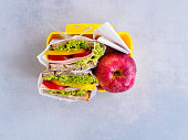 Sandwich und Apfel in einer Brotdose