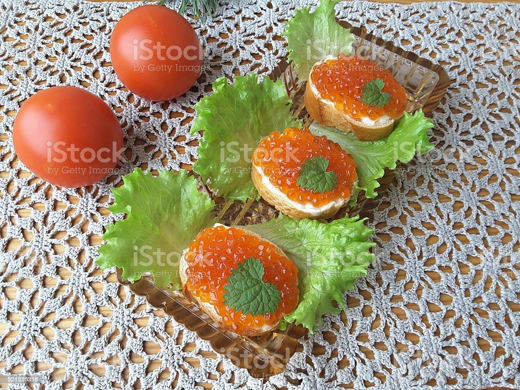 Сэндвич с текстурой икры, на чашку с латуком, здоровое питание стоковое фото