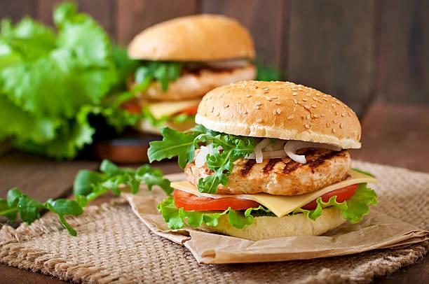 Sandwich über chicken burger mit Käse, Tomaten und Salat – Foto
