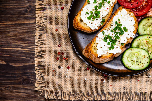 Sandwich mit Hüttenkäse und Gemüse – Foto