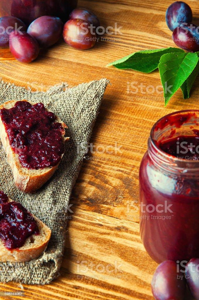 Sandwich avec de la confiture de prune fraîche photo libre de droits