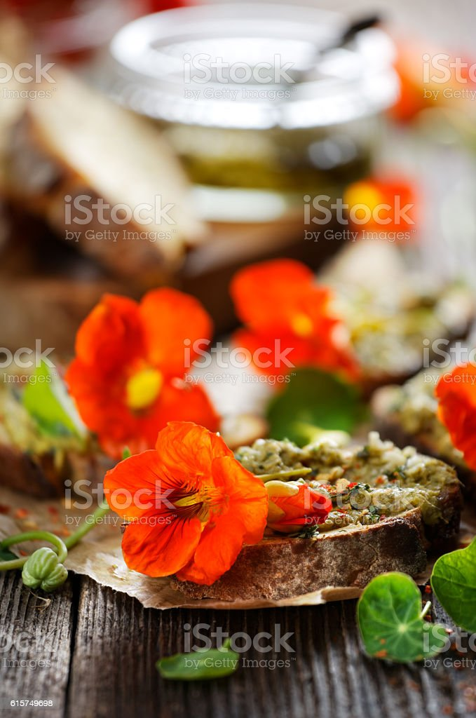 Sandwich with herb pesto and edible nasturtium flowers Lizenzfreies stock-foto