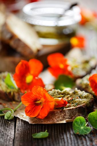 Sandwich With Herb Pesto And Edible Nasturtium Flowers Stockfoto und mehr Bilder von Abnehmen