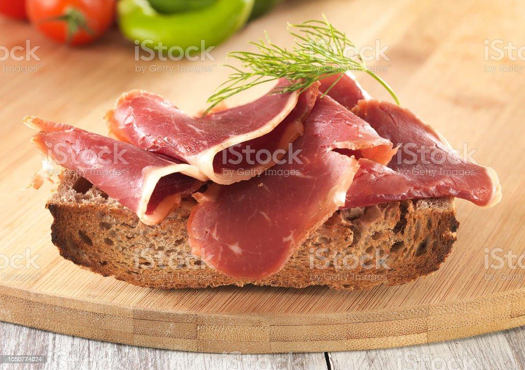 Sandwich mit Schinken oder Salami oder Crudo. – Foto