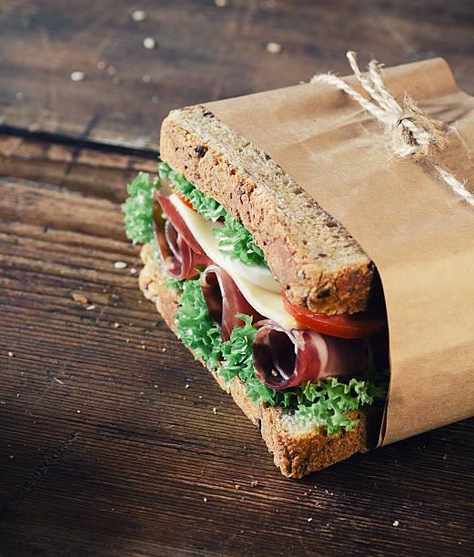 sandwich mit schinken - käse wurst salat stock-fotos und bilder