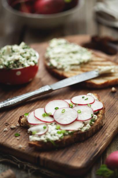 sandwich mit rettich und feta-käse auf einem holztisch. - radieschen salat stock-fotos und bilder