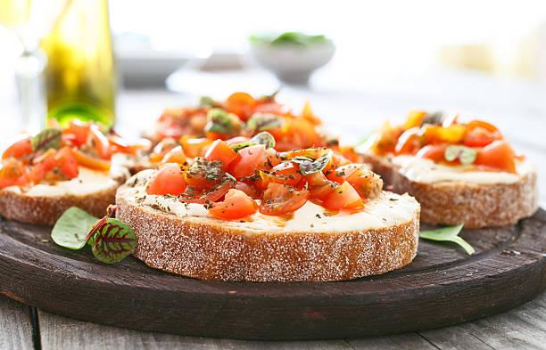 샌드위치, 토마토, 염소 치즈, 바실은 저녁에만 - 브루스케타 뉴스 사진 이미지