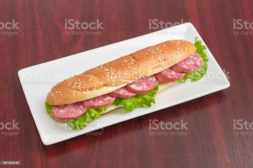 Sandwiches made with bun, sausage and lettuce on rectangular dis photo libre de droits