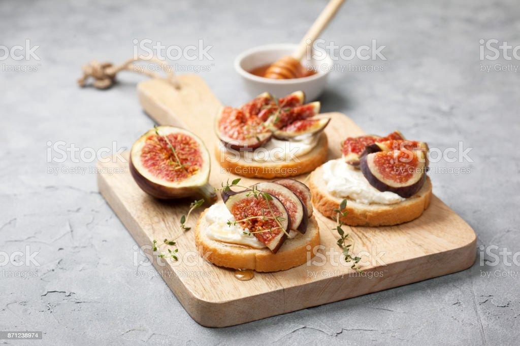 sandwiches with figs – zdjęcie