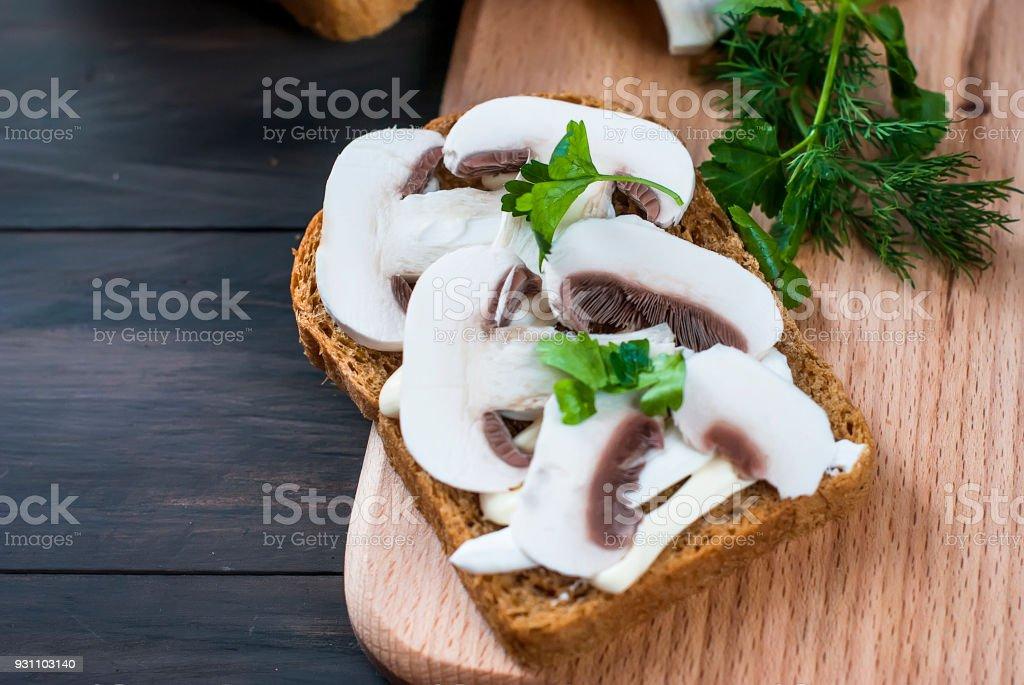 sandviç mantar ve Yeşiller - Royalty-free Ahşap Stok görsel