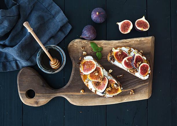 sandwiches mit ricotta, frischen feigen und walnüssen und honig auf rustikalen - ricotta stock-fotos und bilder