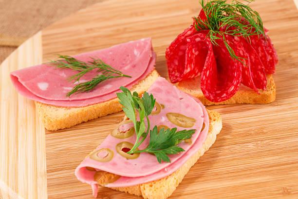 sandwiches mit salami und balsa tree - kräuterfaltenbrot stock-fotos und bilder