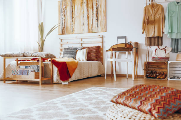 sandy bedroom with wooden dressing table - home decor boho imagens e fotografias de stock