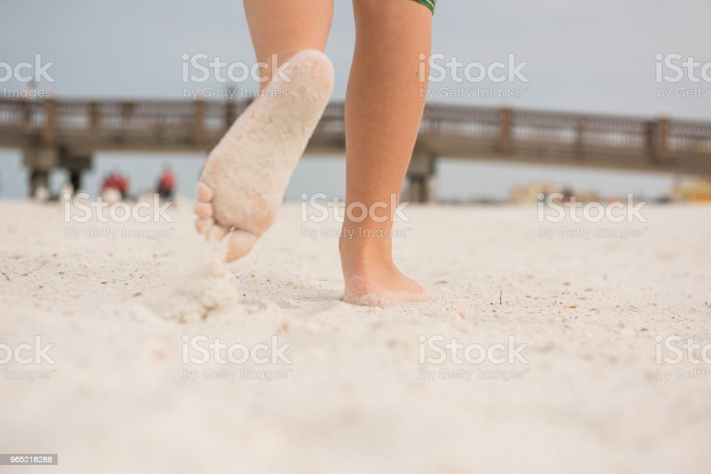 Sandy children's feet at the beach zbiór zdjęć royalty-free