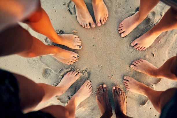 sandy toes and salty seas is just what we need - scalzo foto e immagini stock