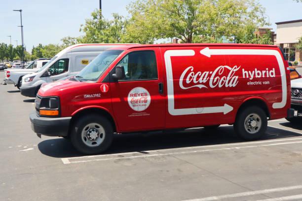 sanfrancisco californina usa, 22. juni 2019 : red coca-cola hybrid elektro chevrolet van in einem einkaufszentrum parkplatz geparkt - chevy van stock-fotos und bilder