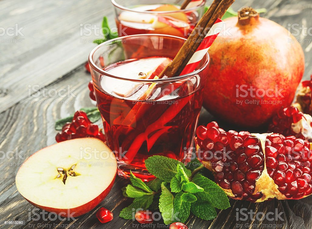 Sangria with apples, pomegranate, mint and cinnamon – Foto