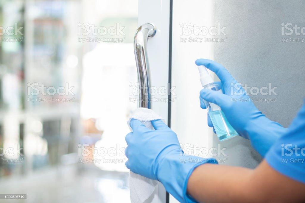 살균제 스프레이 클린 핸들 도어 보호 바이러스 박테리아 코로나 2019 - 로열티 프리 COVID-19 스톡 사진