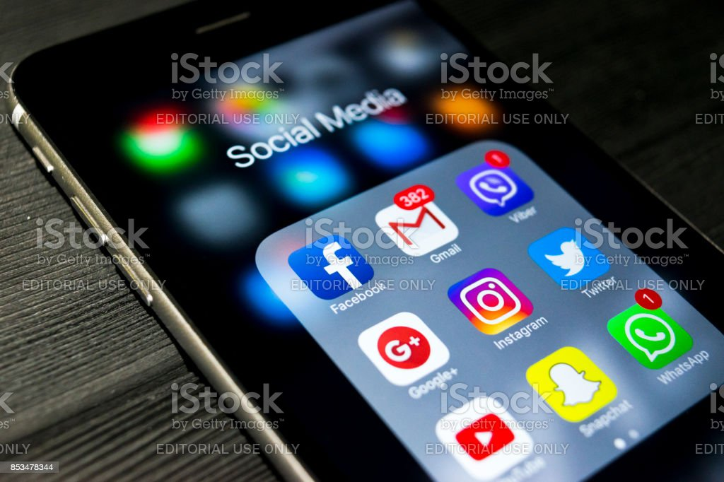 Sankt-Petersburg, Russland, 24. September 2017: Iphone 6 s plus mit Icons von social Media auf dem Bildschirm. Smartphone-Life-Style-Smartphone. Social-Media-app starten. – Foto