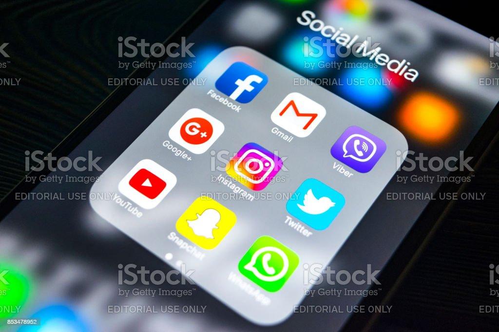 Sankt-Petersburg, Russland, 24. September 2017: Iphone 6 s mit Icons von social Media auf dem Bildschirm. Smartphone-Life-Style-Smartphone. Social-Media-app starten. – Foto