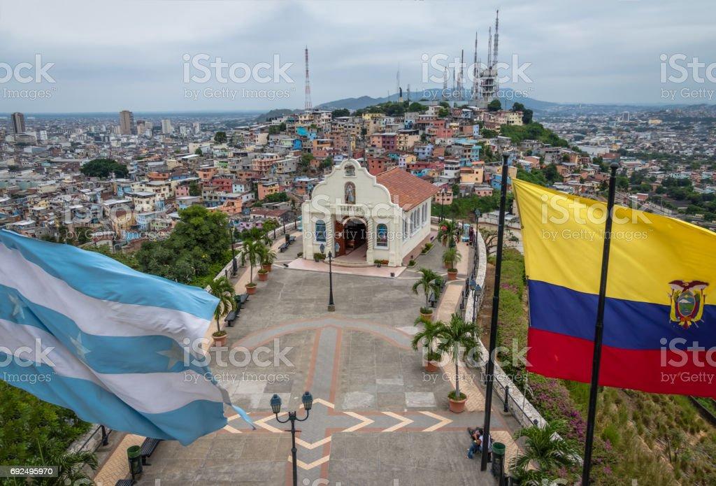 Iglesia de Santa Ana en Santa Ana colina con las banderas de Ecuador y la ciudad - Guayaquil, Ecuador - foto de stock