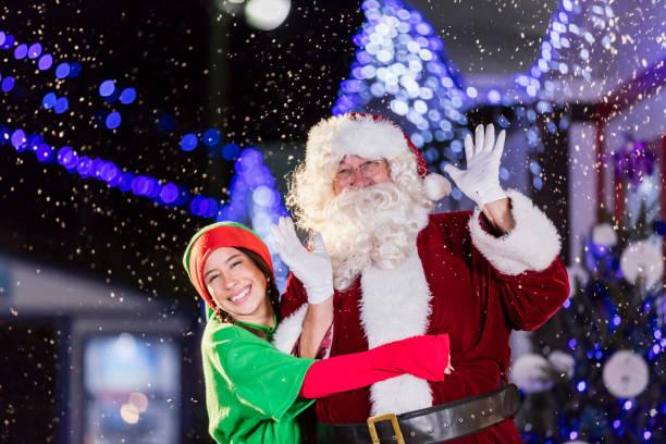 weihnachtsmann und elf beim winterfest - elfenkostüm damen stock-fotos und bilder