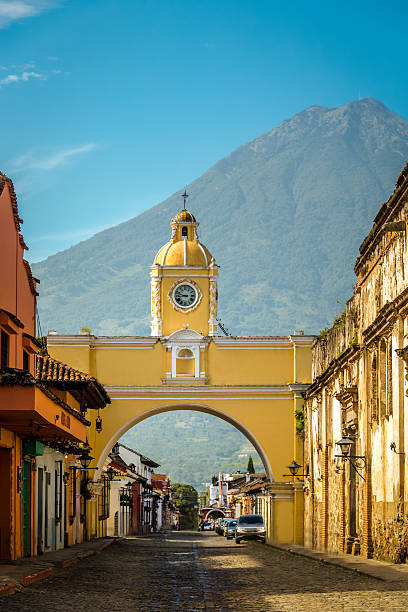 Santa Catalina Arch and Agua Volcano - Antigua, Guatemala - foto de stock
