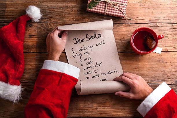 santa claus und wunschliste - weihnachts wunschliste stock-fotos und bilder