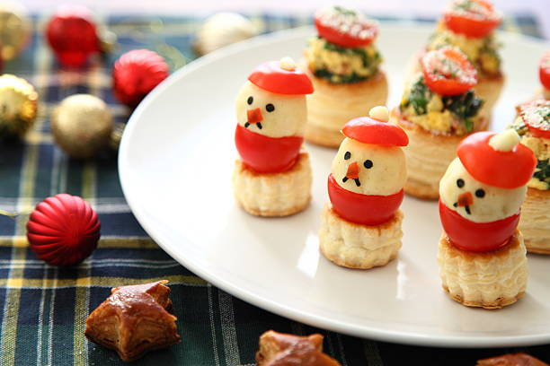 santa claus as finger food for christmas - kartoffelpizza stock-fotos und bilder