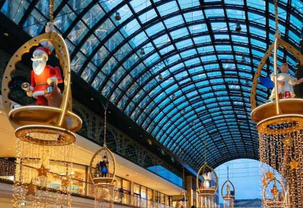 santa claus beim shopping mall und weihnachten dekoration leuchtet berlin - fassadenschnitt stock-fotos und bilder
