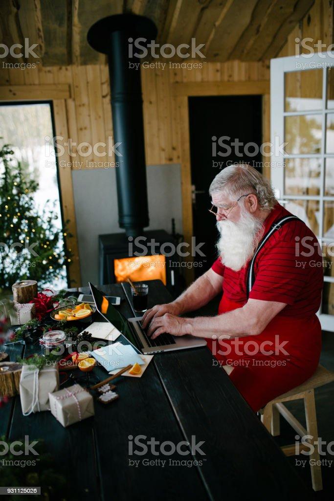 Noel Baba bloglama onun oturma içinde - Royalty-free 2018 Stok görsel