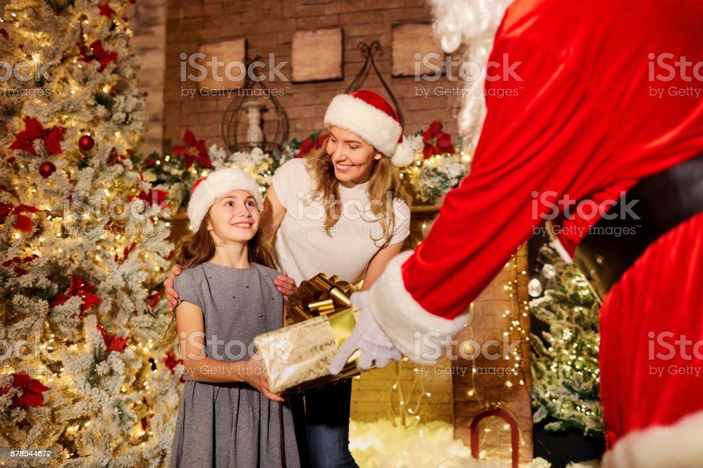 Warum Gibt Es Weihnachten.Santa Claus Gibt Ein Geschenk Für Einer Mädchen Zu Weihnachten